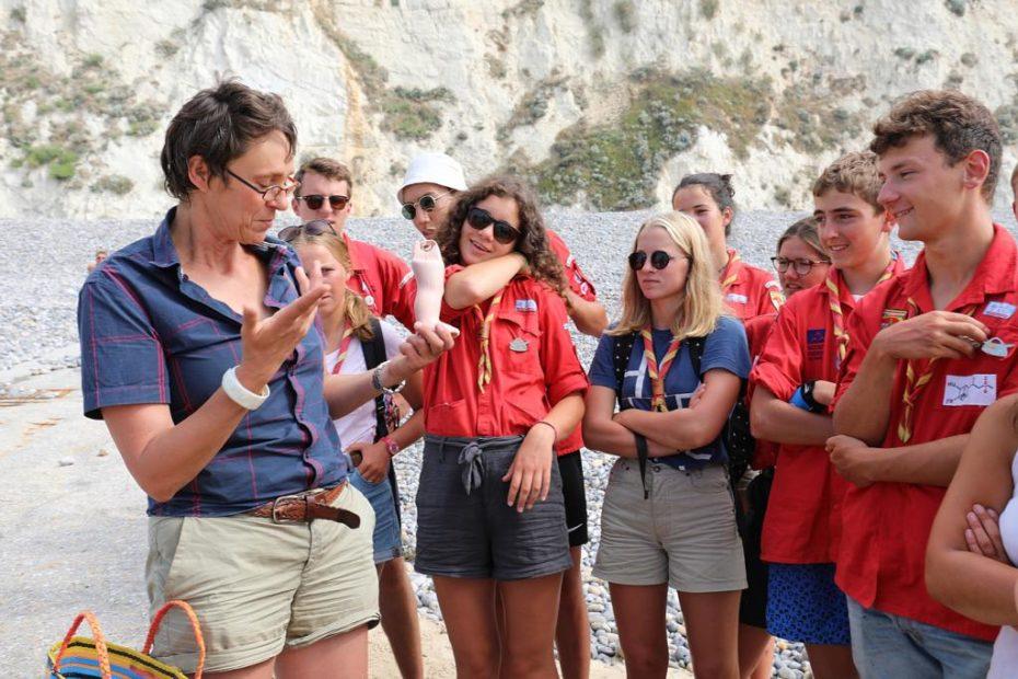 """Laisses de mer impromptues en Picardie maritime"""" propose au public d'accompagner l'artiste Sophie Hélène pendant une heure pour découvrir les trouvailles de bord de mer"""
