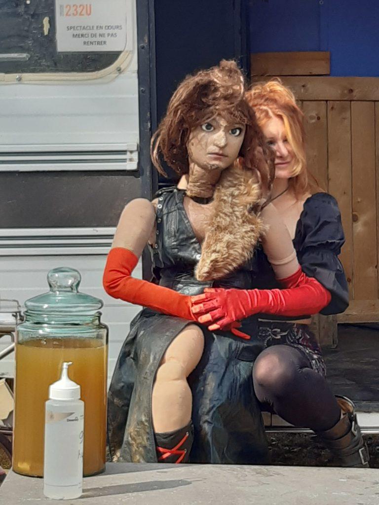 Devant la caravane, Charlotte Talpaert raconte ensuite son travail dans un bar de nuit à Lille, de sa vie sur le fil, de ses tangentes, de ses amants. Elle présente Zoé, sa marionnette, qui lui ressemble étrangement. Et elle finit en chanson son spectacle en reprenant « Rape Me » de Nirvana.