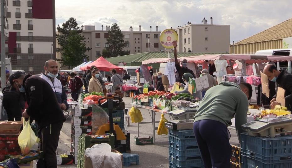 Le 10 octobre 2020, sur le marché du quartier Champagne de Laon, la Compagnie Jours Dansants suscite l'in-habitude. En souhaitant interroger les frontières invisibles, leur présence a produit de l'étonnement et du questionnement de la part des gens présents.