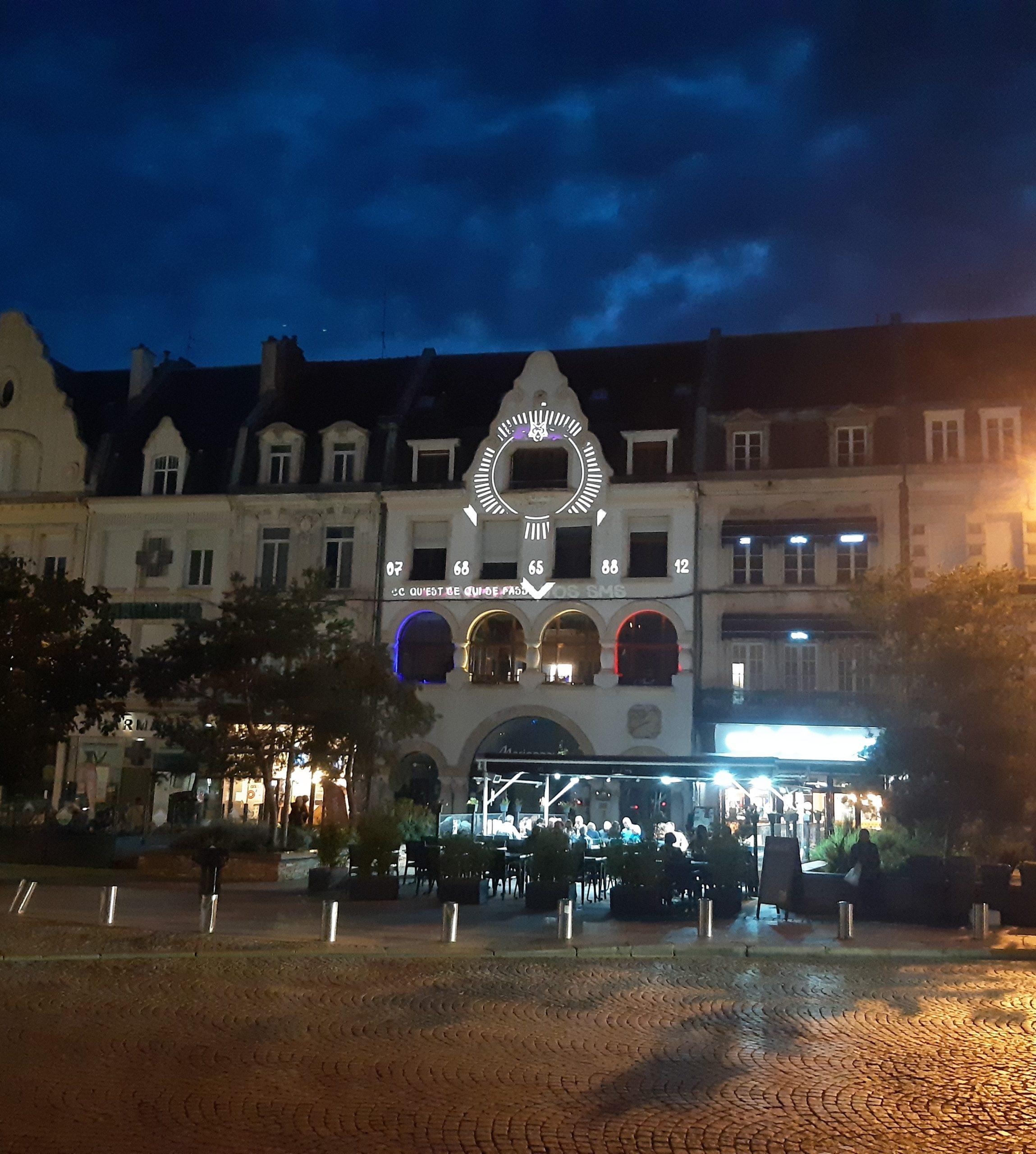 Un vidéo mapping coloré illumine des façades à Cambrai